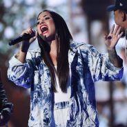 """Demi Lovato desafina no palco e fala palavrão: """"Não sei o que fazer"""""""