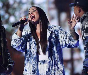 """Veja Demi Lovato desafinando ao cantar """"Stone Cold"""""""