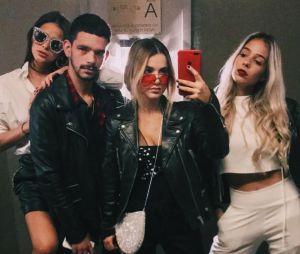 Manu Gavassi e Bruna Marquezine posam com amigos em balada de Nova York