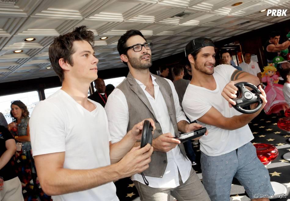 """Dylan O'Brien, Tyler Hoechlin e Tyler Posey, as estrelas de """"Teen Wolf"""", até jogaram video game na Comic-Con 2014!"""