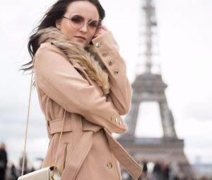 Larissa Manoela lança coleção de bolsas e faz pose em Paris