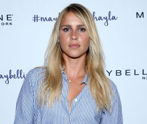 "Claire Holt, a Rebekah de ""The Originals"", vai casar!"