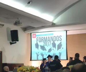 Larissa Manoela comemora formatura no colégio