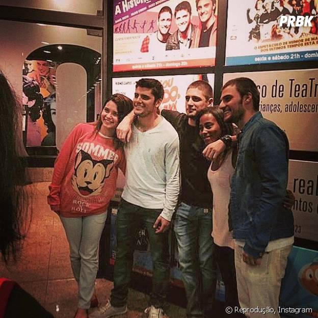 """Hugo Bonemer, Bruno Gissoni e Daniel Rocha posam com os fãs nos bastidores de """"A História dos Amantes"""""""
