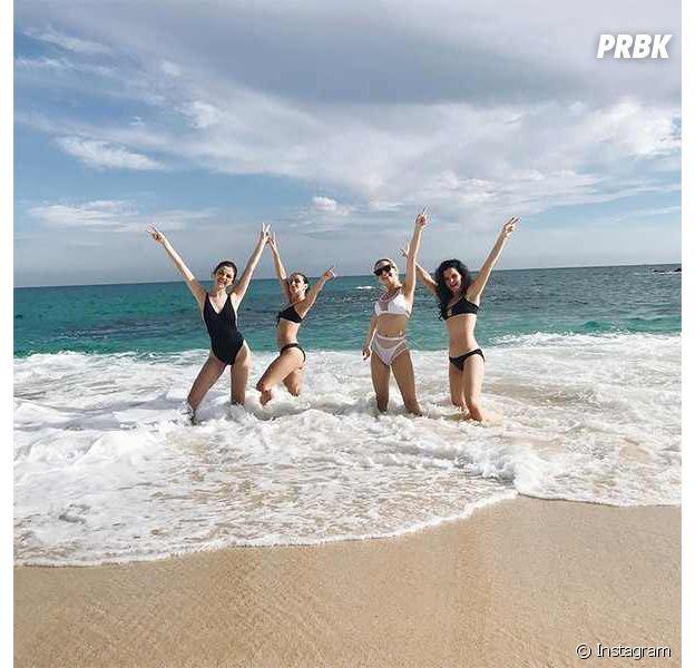 Selena Gomez curte praia em Cabo, no México, com amigas próximas
