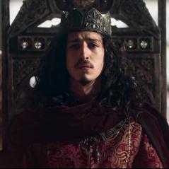 """Novela """"Deus Salve o Rei"""": Rodolfo (Johnny Massaro) é nomeado rei de Montemor!"""