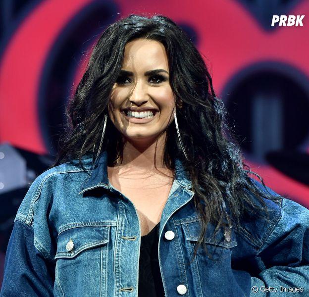 De lingerie, Demi Lovato conta que irá anunciar uma grande novidade em breve!