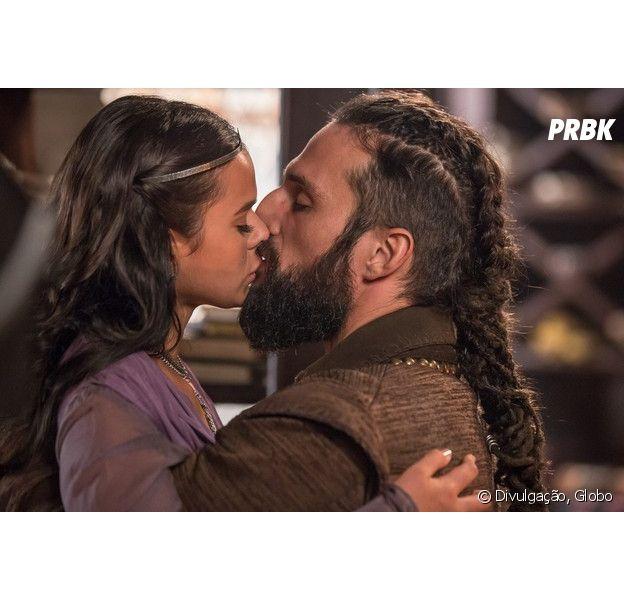 """Em """"Deus Salve o Rei"""", Constantino (José Fidalgo) pede mão de Catarina (Bruna Marquezine) ao rei Augusto (Marco Nanini)"""