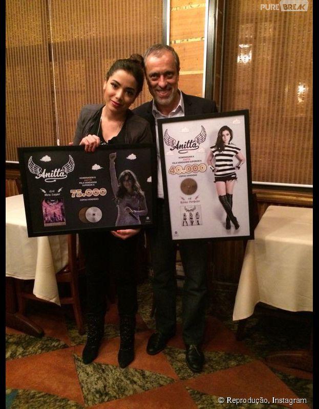 Anitta recebeu prêmios pelas vendas de seu CD e DVD