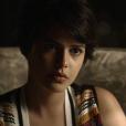 """Em """"O Outro Lado do Paraíso"""": Adriana (Julia Dalavia) é levada para o hospital e descobre que precisará passar por um transplante de rim"""