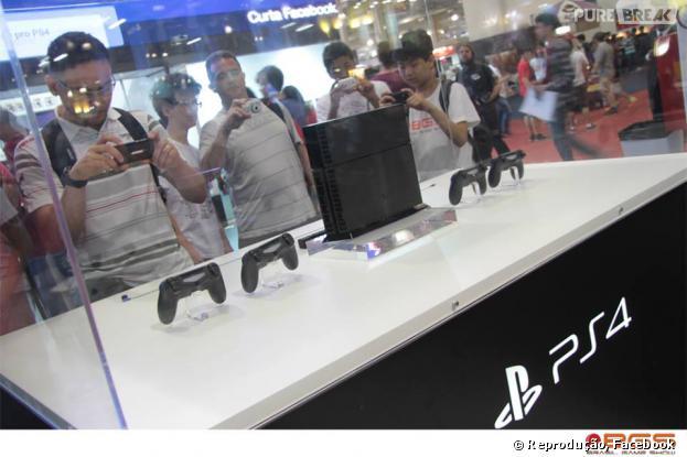 Fãs se amontoam para fotografar PS4, que chegou ao Brasil com preço de 4 mil reais