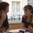 """Em """"Malhação - Vidas Brasileiras"""", Verena (Joana Borges) está escondendo que Breno (Marcelo Argenta), seuprofessor de História, a assedia!"""