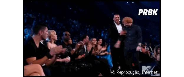 "Miley Cyrus solta um ""a** hole!"" enquanto Ed Sheeran passa"