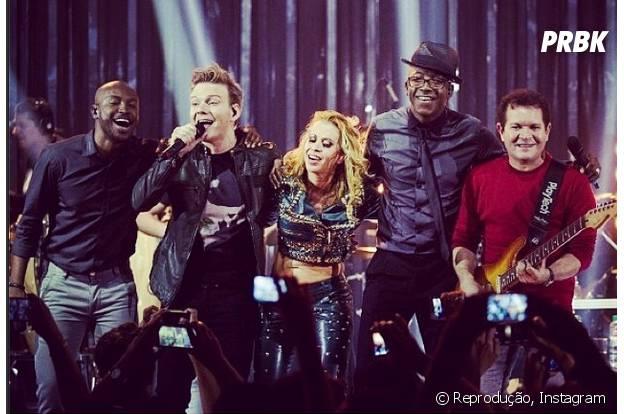 """Thiaguinho ao lado de Michel Teló, Mumuzinho e Banda Calypso no palco do """"Música Boa Ao Vivo"""""""