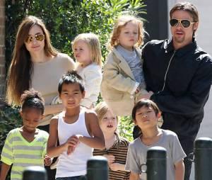 Brad Pitt e Angelina Jolie passeiam com seus seis filhos: Maddox, Pax, Zahara, Vivienne, Shiloh e Knox.