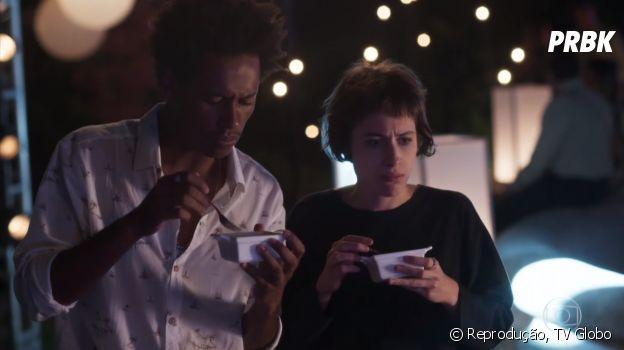 """Em """"Segundo Sol"""", Rochelle (Giovanna Lancellotti) colocou polvo no buffet da festa de Manu (Luisa Arraes), que é alérgica"""