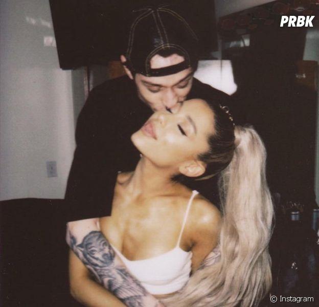 Ariana Grande faz primeira aparição pública após ficar noiva de Pete Davidson