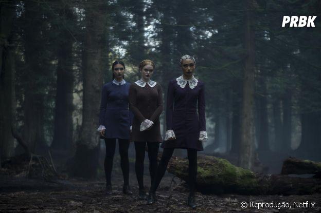 """As Três Irmãs Estranhas desprezam Sabrina na Academia de Artes Ocultas em """"O Mundo Sombrio de Sabrina"""" por ela não ser totalmente bruxa"""