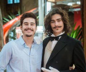 """No entanto, em """"O Tempo Não Para"""", Samuca (Nicolas Prattes) e Bento (Bruno Montaleone) viraram ótimos amigos"""