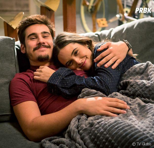 """Em """"O Tempo Não Para"""": Samuca (Nicolas Prattes) e Marocas (Juliana Paiva) podem ter um filho em breve!"""