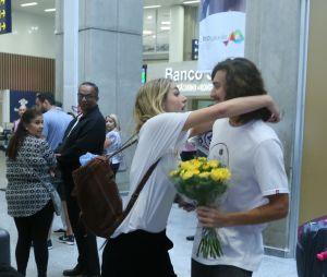Sasha Meneghele Bruno Montaleone se encontram na chegada dela no Rio de Janeiro e é o momento mais fofo de todos!