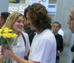 Sasha Meneghel e Bruno Montaleone protagonizam cenas fofíssimas em aeroporto do Rio