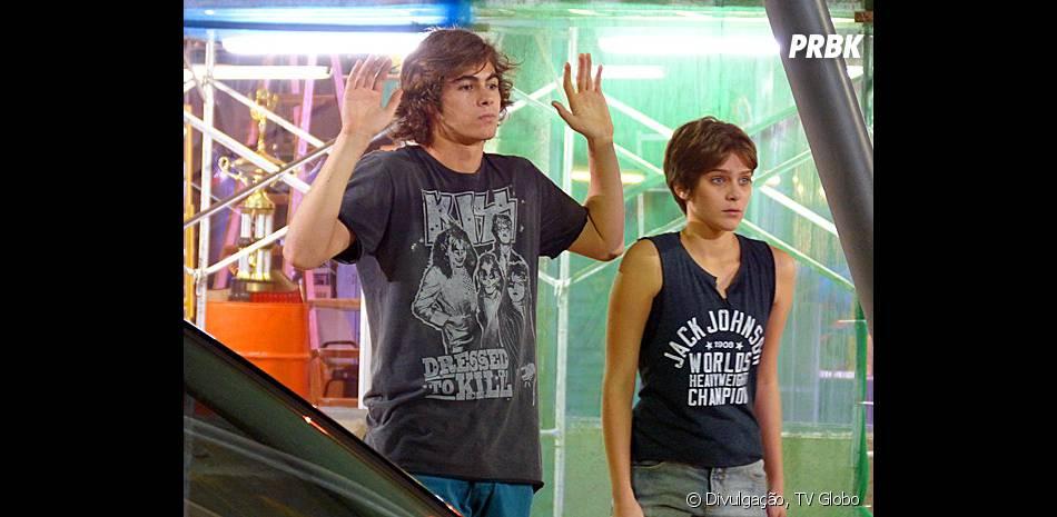 """Na novela """"Malhação"""", Pedro (Rafael Vitti) recebeu dinheiro de Bianca (Bruna Hamú) para namorar Karina (Isabella Santoni)"""