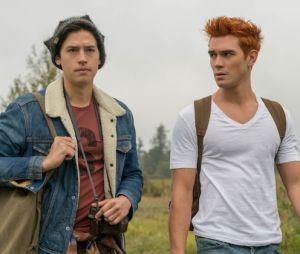 """Em """"Riverdale"""": Archie (KJ Apa) e Jughead (Cole Sprouse) conseguem fugir de Hiram Lodge (Mark Consuelos)"""