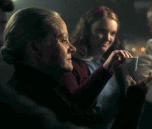 """Em """"Riverdale"""": Betty (Lili Reinhart) é drogada e levada para a câmara do Rei Gárgula"""