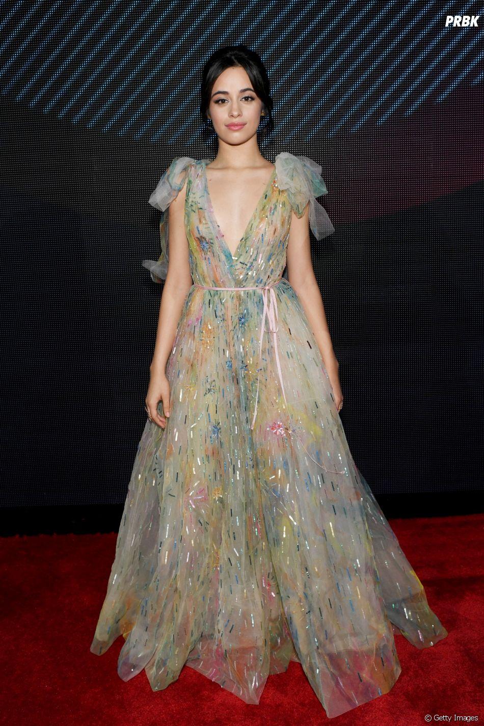 Camila Cabello combinou a meiguice do vestido com um decote ousadinho