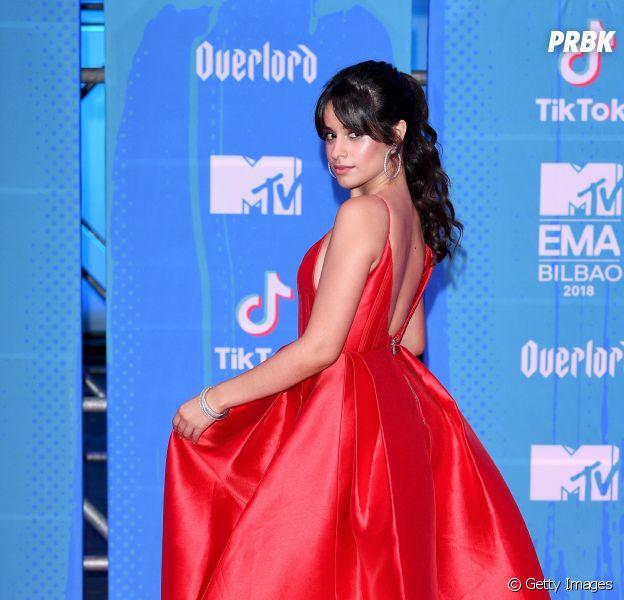 Camila Cabello arrasou no look vermelhão para passar pelo EMA