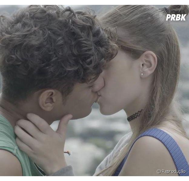 """""""Malhação - Toda Forma de Amar"""": Anjinha (Caroline Dallarosa) e Cléber (Gabriel Santana) dão o primeiro beijo"""