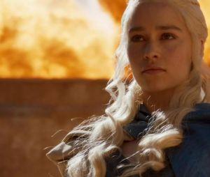 """Surto de Daenerys (Emilia Clarke) é justificado pelos roteiristas de """"Game of Thrones"""""""