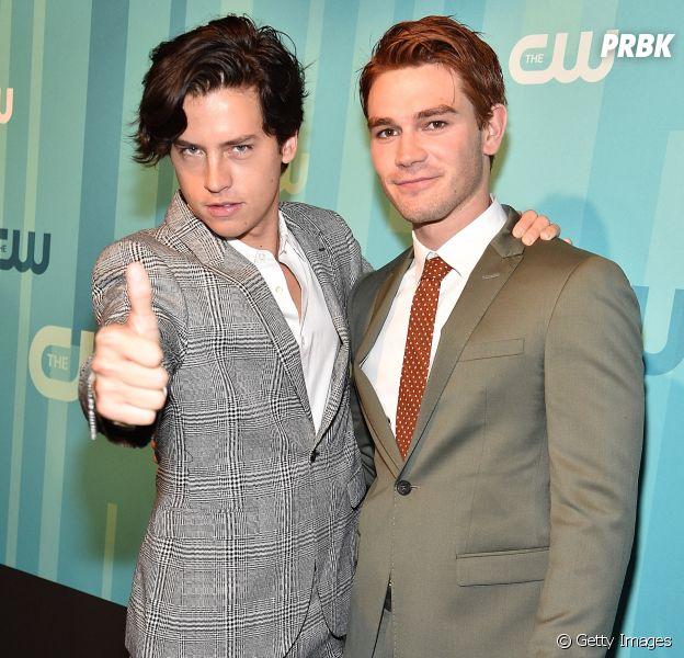"""A amizade entre Cole Sprouse e KJ Apa, de """"Riverdale"""", é a melhor!"""