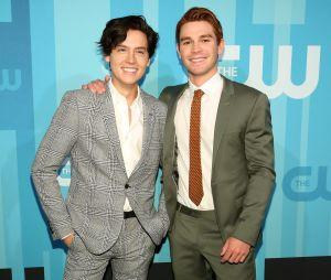 """Cole Sprouse e KJ Apa, de """"Riverdale"""", são muito amigos na vida real"""