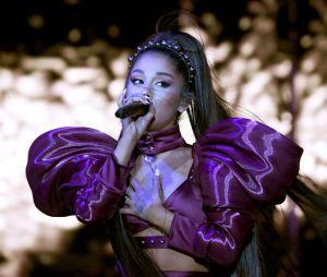 """Ariana Grande comemora aniversário com bolo de """"7 rings"""""""