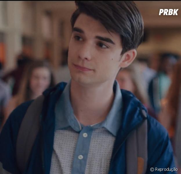 """""""Alex strangelove"""" é a história de Alex, aluno do ensino médio que entra numa jornada de autodescoberta ao conhecer o charmoso Elliot"""