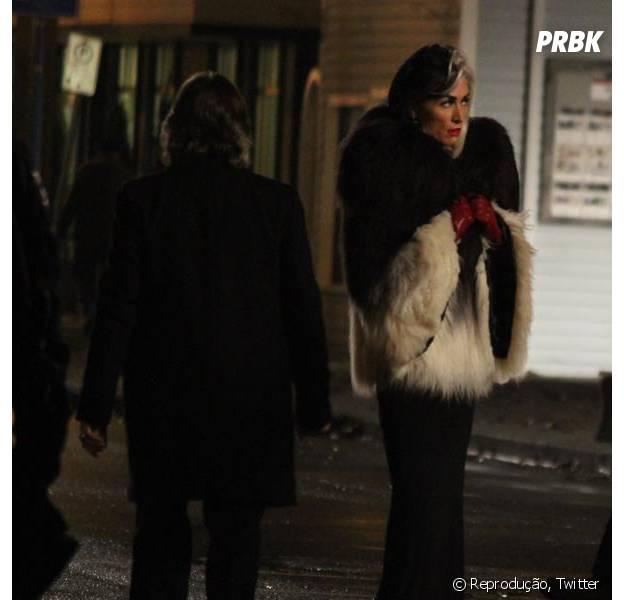 "Cruella de Vil (Victoria Smurfit) anda pelas ruas de ""Once Upon a Time"""
