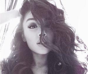 Ariana Grande aparece com o cabelo cacheado e arranca elogios dos fãs