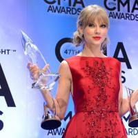"Taylor Swift canta ""Red"" ao receber prêmio raro no Country Music Association Awards"