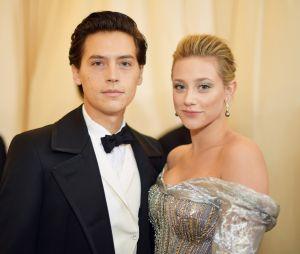 """Namoro de Lili Reinhart e Cole Sprouse, de """"Riverdale"""", chega ao fim"""