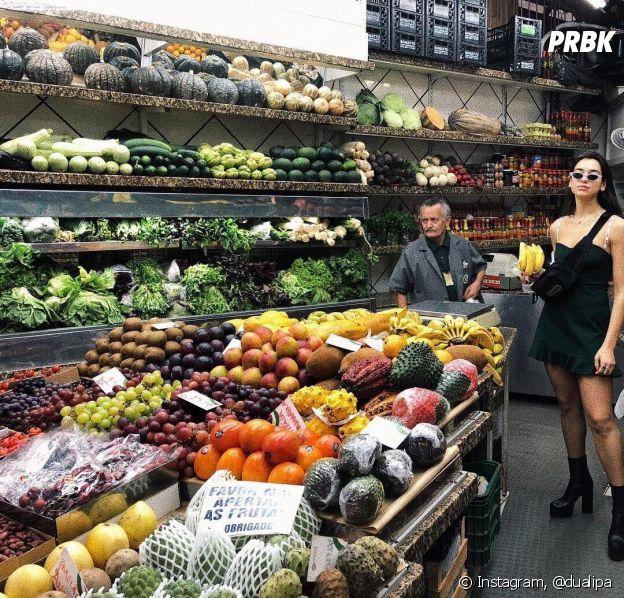 Dua Lipa posa no Mercado Público de Porto Alegre durante passagem pelo Brasil