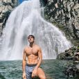 """Taylor Perez, de """"A Barraca do Beijo 2"""", posta fotos em cachoeira e exibe corpo sarado"""