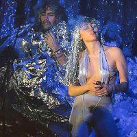 Miley Cyrus aparece com look inusitado e ousa ao mostrar o peito em show! Deu aloca?