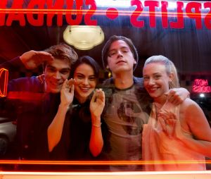 """""""Riverdale"""": elenco está no Canadá para retorno das gravações"""