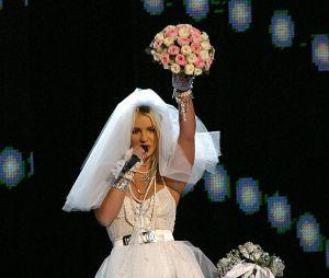 Britney Spears performou vestida de noiva no VMA 2003