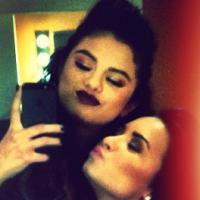 """Selena Gomez e Demi Lovato gravam """"The X-Factor USA"""" e mostram que ainda são amigas inseparáveis!"""