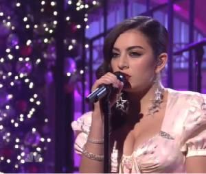 """Charli XCX cantou o sucesso """"Boom Clap"""" na """"Saturday Night Live"""" e arrancou muitos gritos da plateia!"""