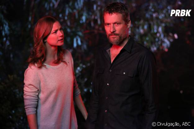 """Em """"Revenge"""", Emily (Emily VanCamp) e seu pai vão ter muito trabalho daqui pra frente"""